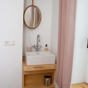 beachhouse-soute-accommodatie-tweepersoonskamer-achter-wastafel